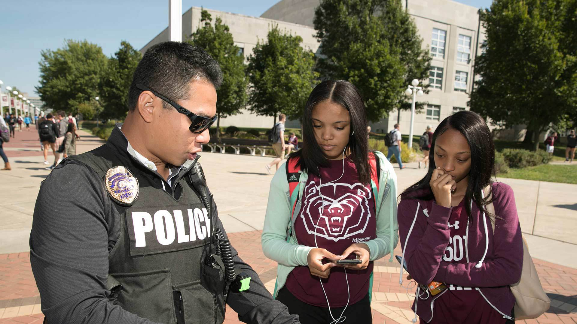 Police officer discussing job details with Missouri State University students who are interested in criminology.
